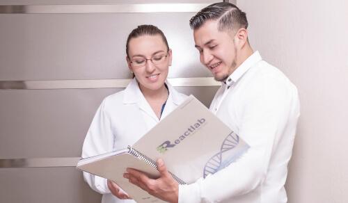 Asesor comercial de Reactlab hablando con doctora de laboratorio clínico