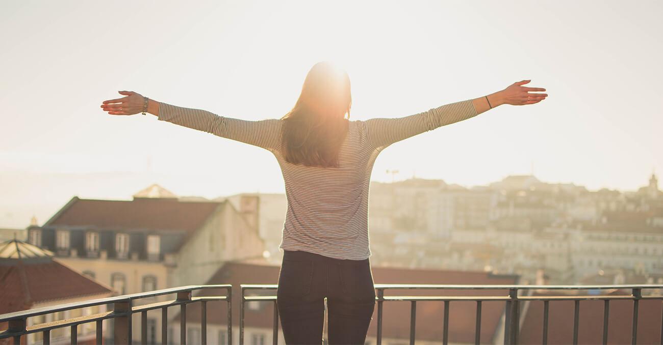 La vitamina D se puede obtener a través de la luz del sol