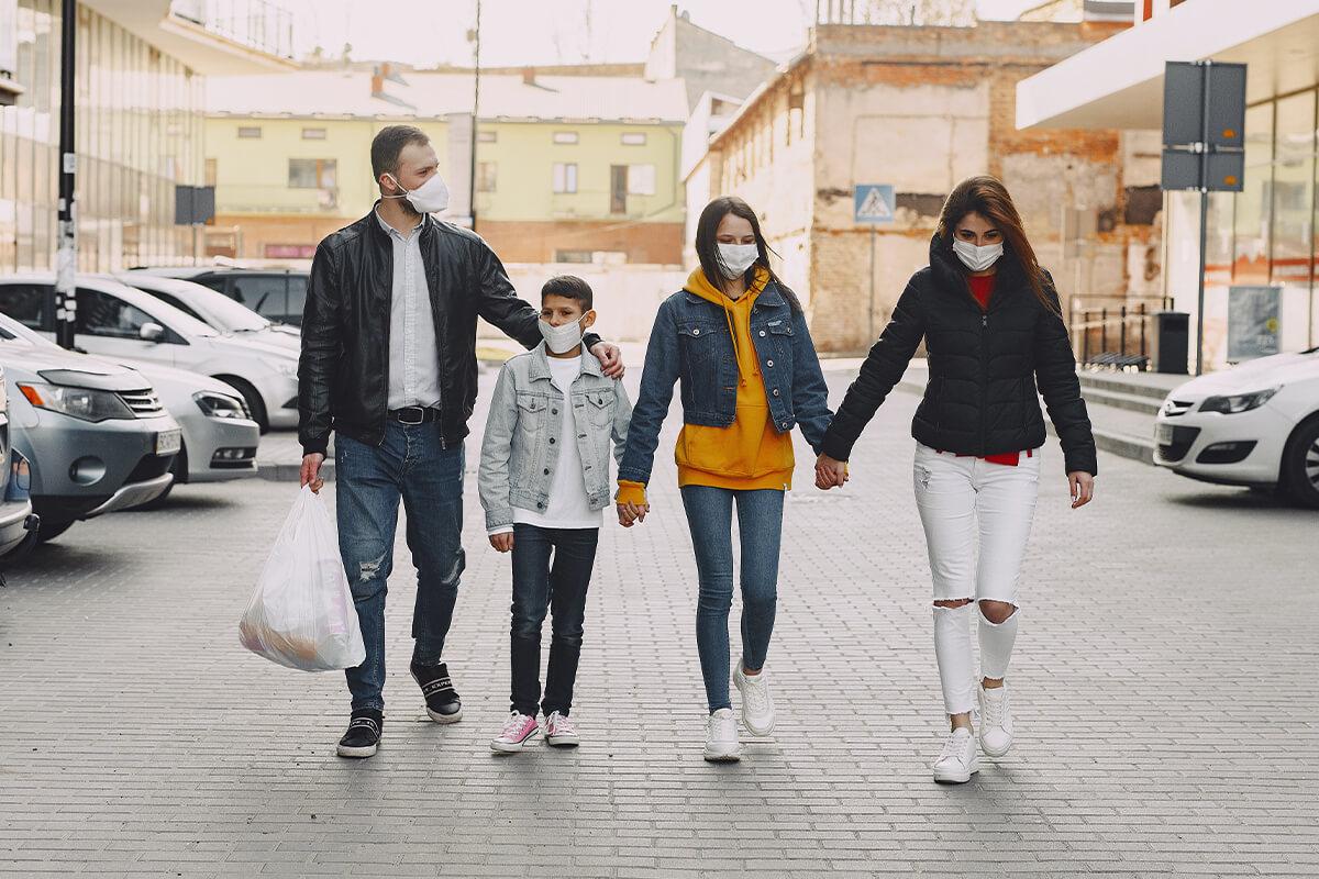 Familia con mascarillas para protegerse del coronavirus
