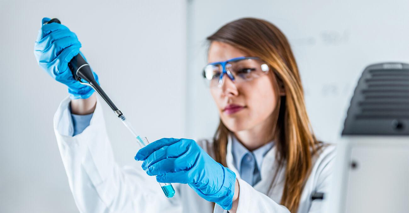 Laboratorista utilizando micropipeta